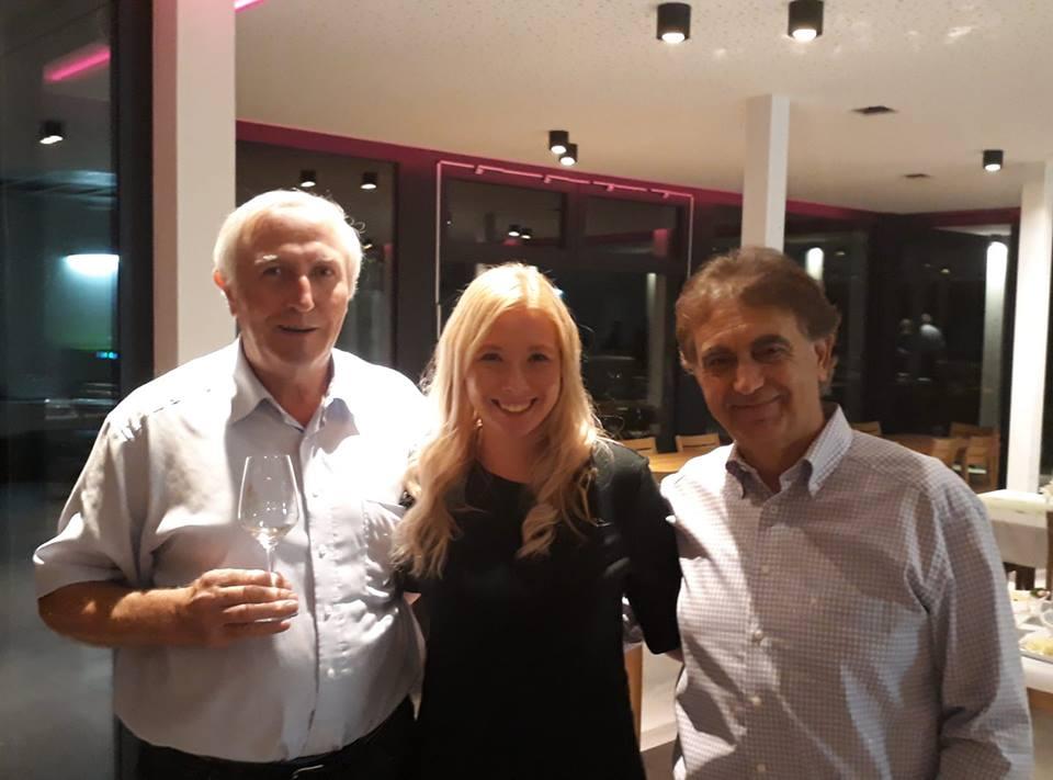 Nina Klinkel mit dem frisch gekürten SPD-Bürgermeisterkandidaten Franz-Josef Schatz (rechts) und Stadtratmitglied und Gastgeber im Weingut Eulenmühle Kurt Debo (links)
